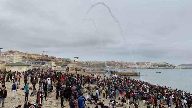 Cientos de personas esperan en la playa de la localidad de Fnideq (Castillejos) para cruzar los espigones de Ceuta.
