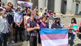 Organizaciones Trans, junto a representantes de algunos grupos parlamanterios, ante el Congreso.