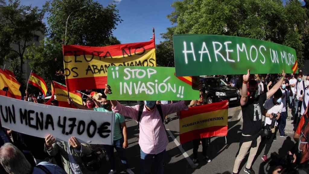 Cientos de manifestantes frente a la embajada de Marruecos en España.