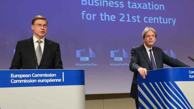 Valdis Dombrovskis y Paolo Gentiloni, durante la rueda de prensa de este martes