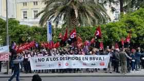 Los trabajadores de BBVA protestan contra el ERE ante las sedes del banco.