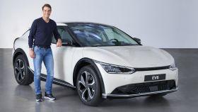 Rafa Nadal posa junto con el nuevo Kia EV6, un crossover 100% eléctrico que llega próximamente.