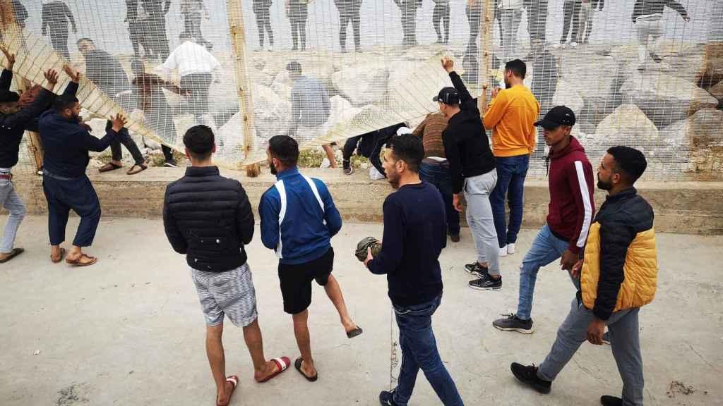 Intentando derribar la valla del lado marroquí