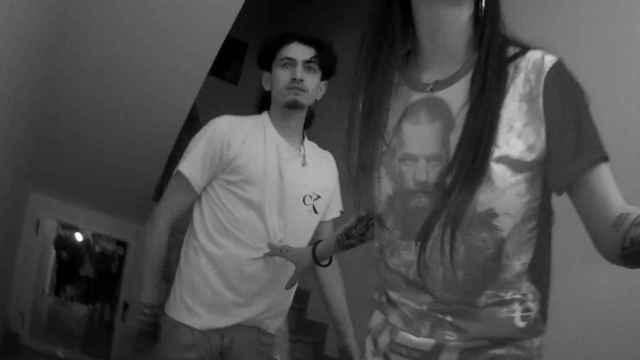Kevin dentro de la casa de un amigo, con su novia, Marta, refugiándose de sus agresores.