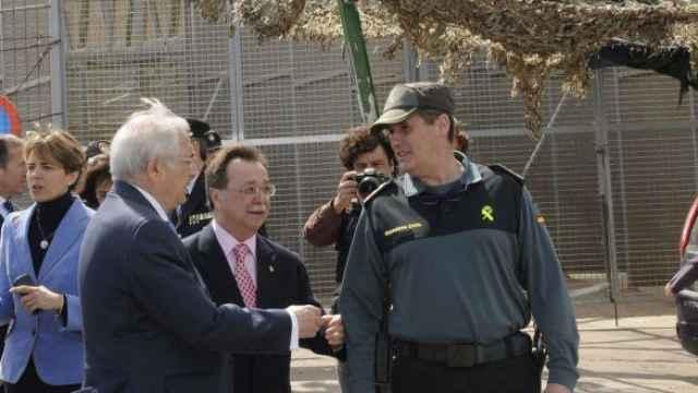 Los presidentes de Ceuta y Melilla, en la valla fronteriza de esta última ciudad autónoma.