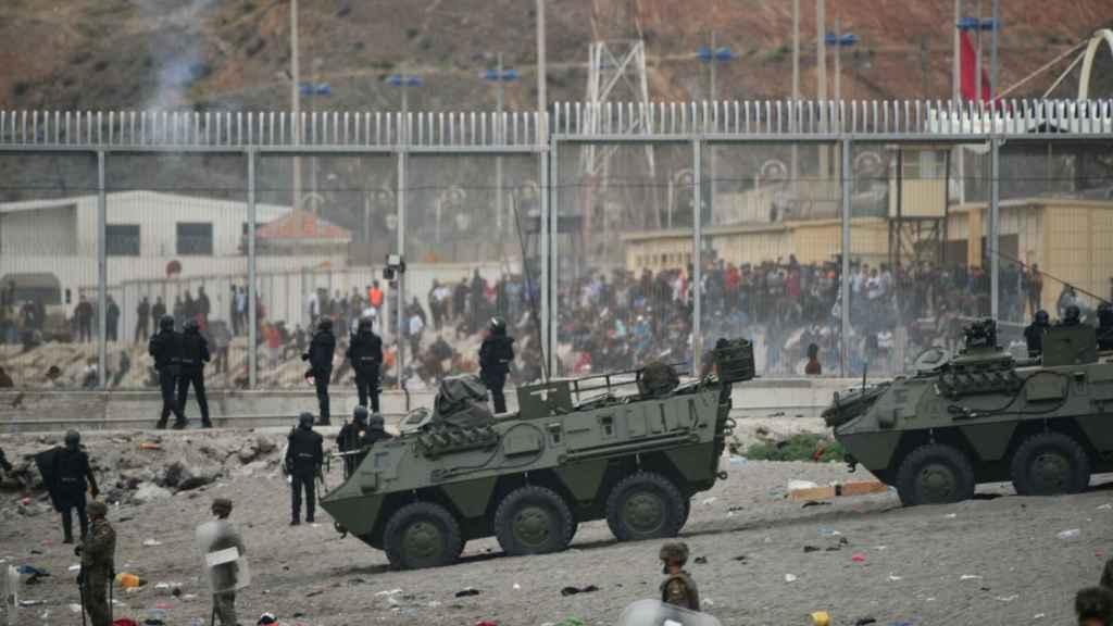 Tanques del ejército español colaboran en las devoluciones en caliente en Ceuta.