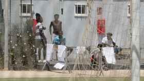 Varios migrantes en la Ciudad del Fútbol del Altos del Real, en Melilla .