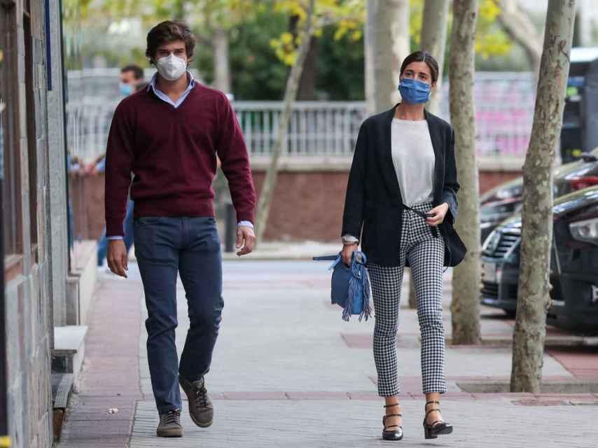 Belén Corsini junto a su futuro marido, Carlos Fitz-James Stuart, por las calles de Madrid.