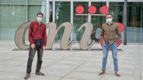 De izquierda a derecha, los doctores David Sancho y Carlos del Fresno.