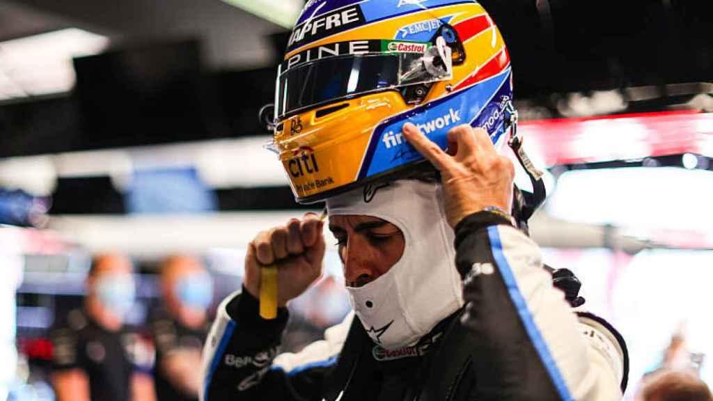 Fernando Alonso, poniéndose el casco en una carrera de 2021