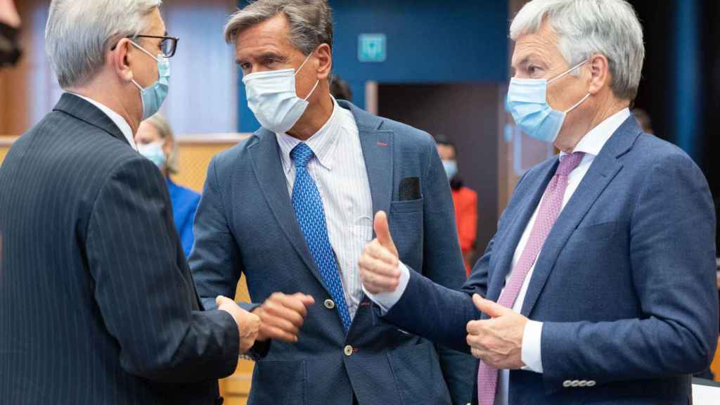 El comisario de Justicia, Didier Reynders, y Juan Fernando López Aguilar, durante la última ronda de negociaciones sobre el pasaporte Covid el pasado martes
