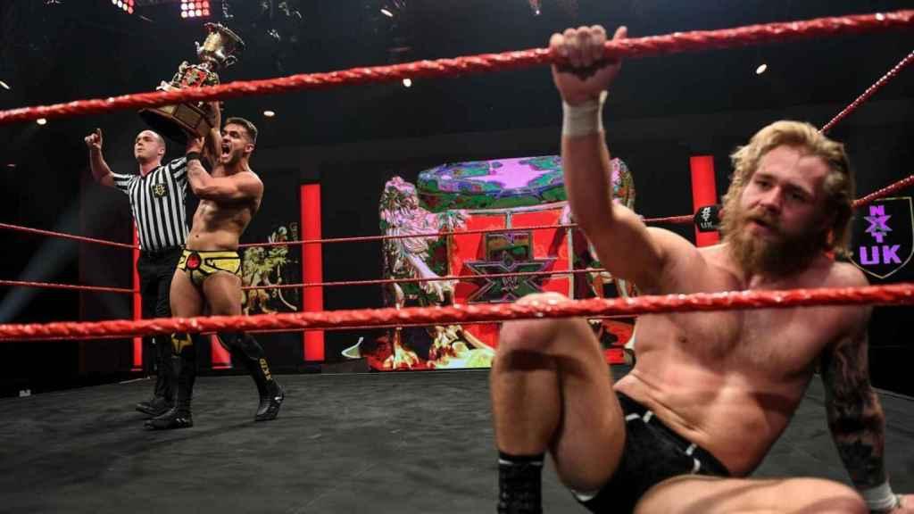 A-Kid celebra su victoria contra Tyler Bate en diciembre de NXT UK