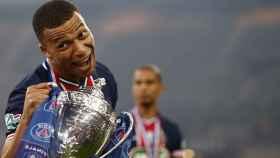 Mbappé celebrando el título de la Copa de Francia con el PSG