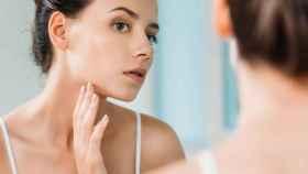 El agua micelar tiene múltiples beneficios, además de desmaquillar la piel y eliminar los restos de suciedad del rostro