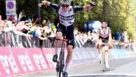 Mauro Schmid celebra el triunfo en la undécima etapa del Giro de Italia