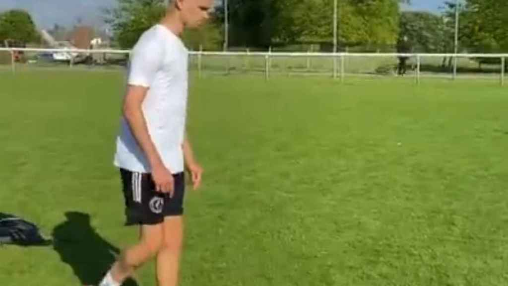 Romeo Beckham lanzando una falta