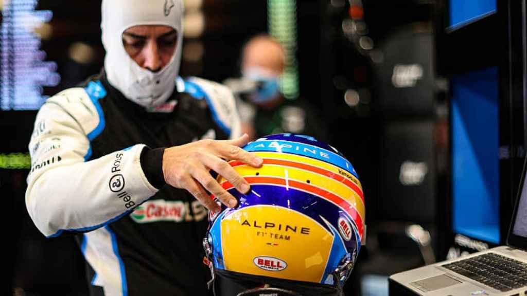 Fernando Alonso, con el casco de 2021 en sus manos