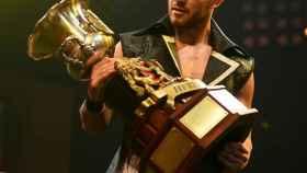 A-Kid, sosteniendo la NXT UK Heritage Cup