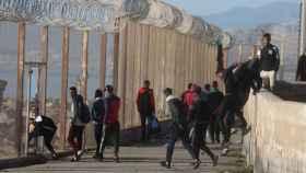 Un grupo de jóvenes cruza la valla de Ceuta sin oposición de las autoridades marroquíes.