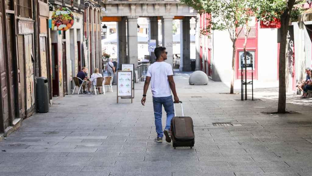 Un turista pasea con una maleta.