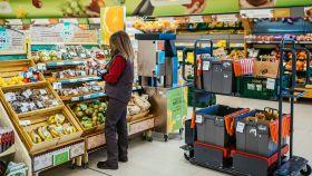 Una empleada de Consum prepara un pedido online. EE