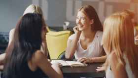Un grupo de chicas hablando.
