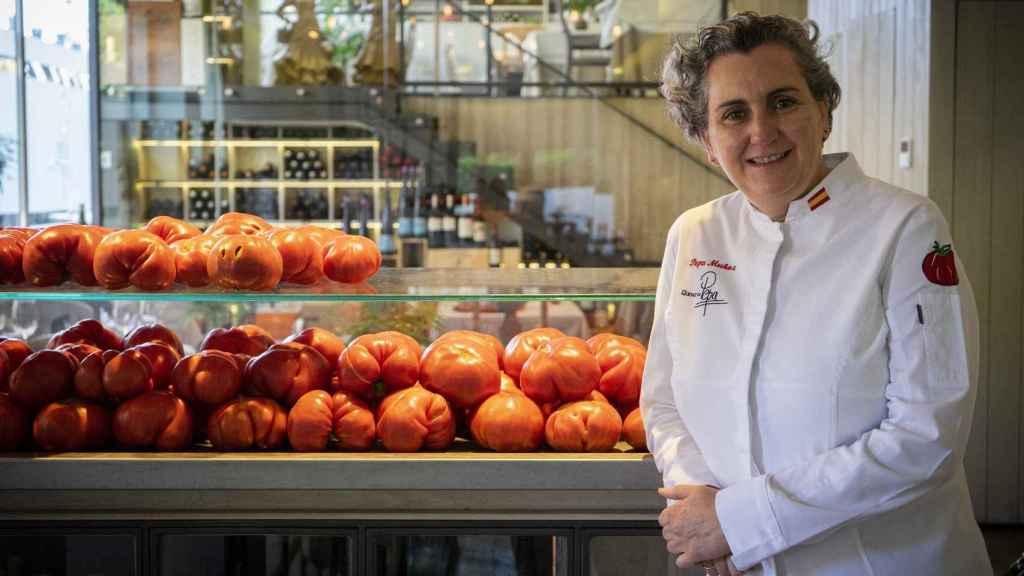 Pepa Muñoz, en el Qüenco de Pepa, con sus famosos tomates.