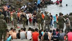 Militares del ejército español vigilan las devoluciones en caliente de los migrantes que han entrado en Ceuta.