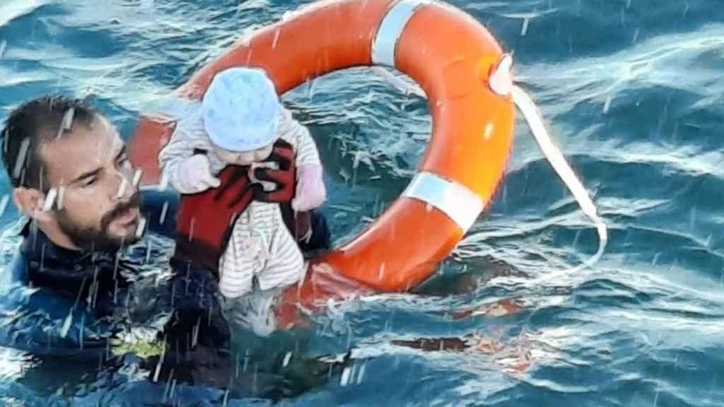 Juan Francisco, guarda civil del GEAS, salva a un niño de dos meses de morir ahogado.