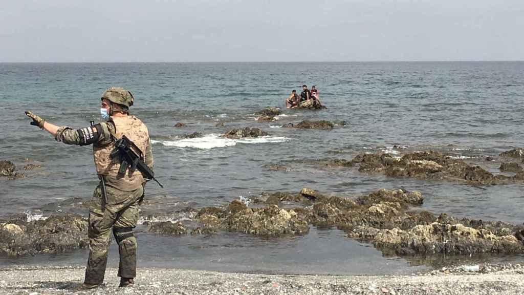 Los militares llevan trabajando sin descanso desde el martes, contemplando escenas estremecedoras.