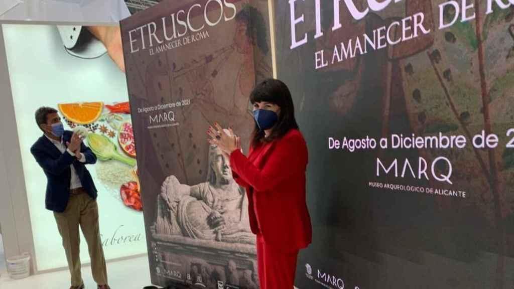 Carlos Mazón y Julia Parra muestran en Fitur el cartel de la exposición sobre la cultura etrusca.