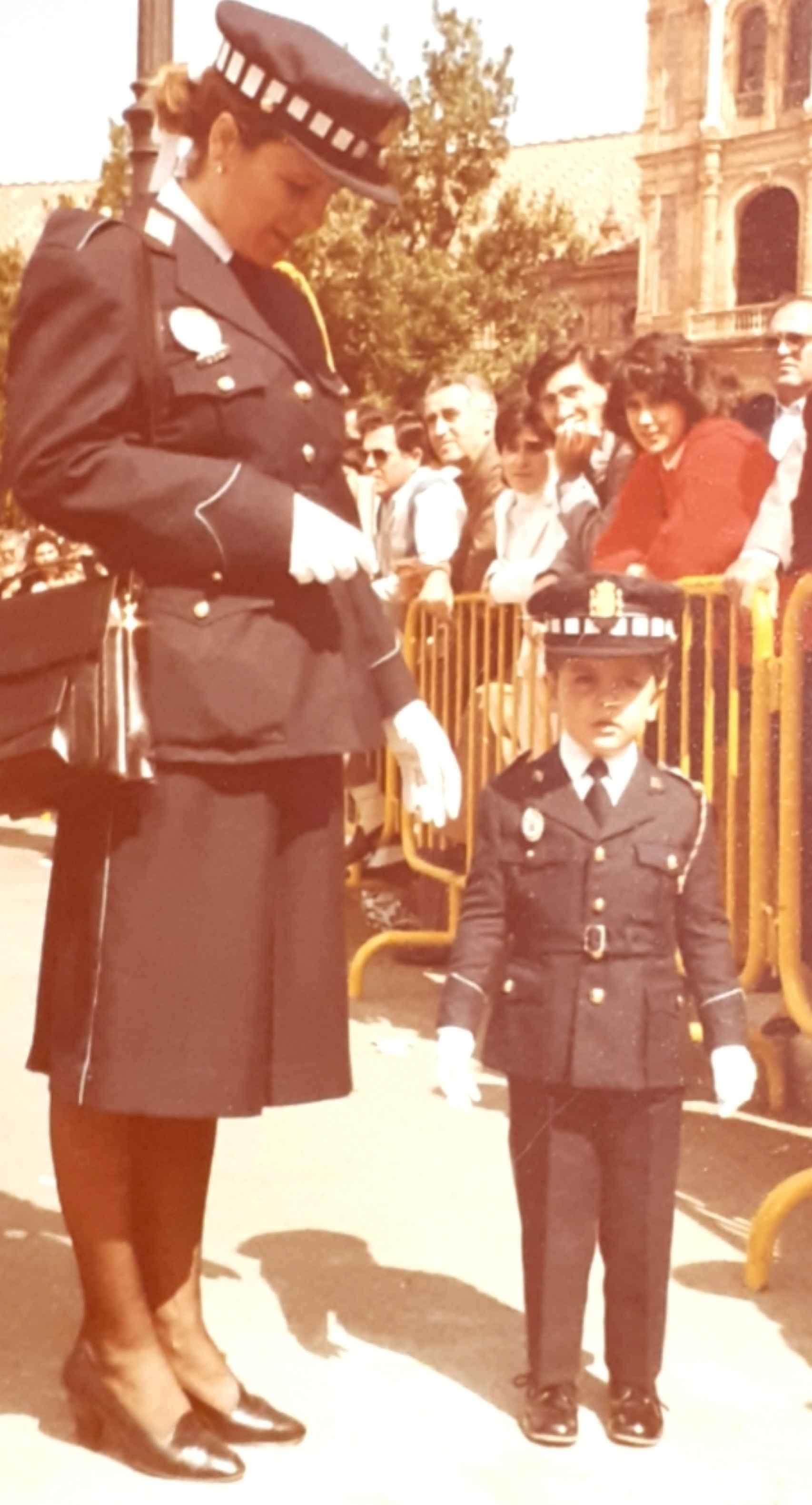 Carmen con su hijo en la celebración del Día de la Policía en 1986.