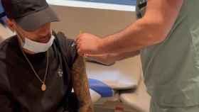 Neymar Jr. mientras se vacuna contra la Covid-19