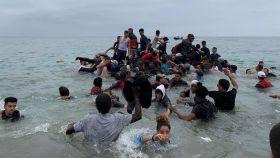 Varias personas se hacen con una embarcación de las autoridades marroquíes para cruzar los espigones de Ceuta.