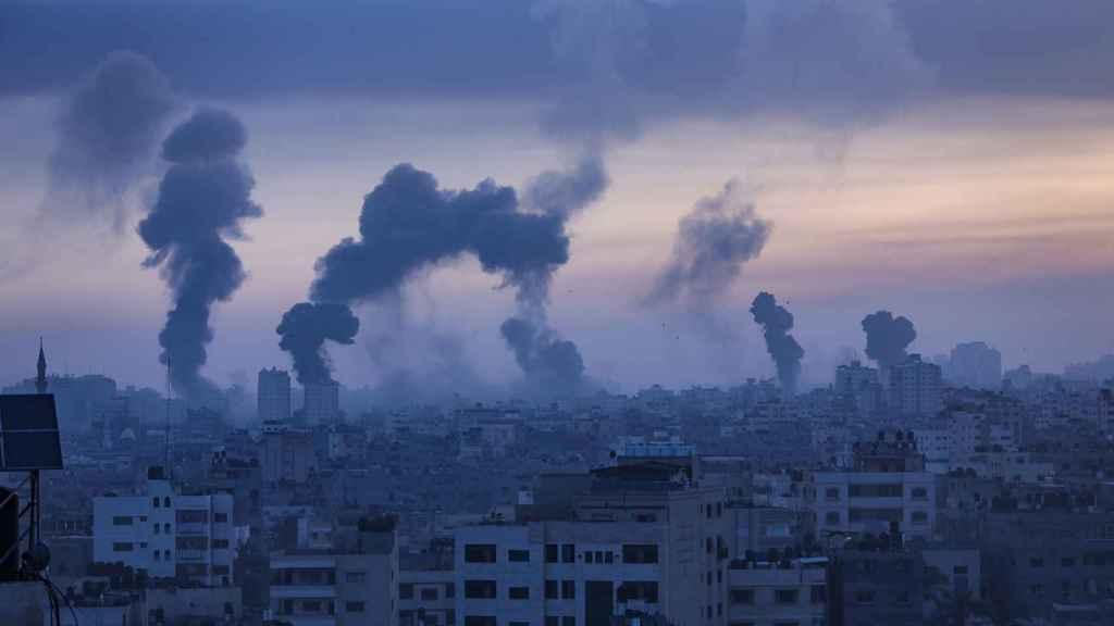 Humo tras un ataque aéreo israelí en Gaza.