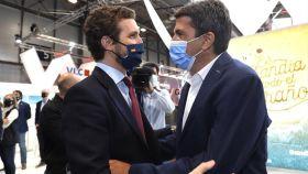 El presidente de la Diputación de Alicante, Carlos Mazón, recibiendo al presidente del PP, pablo casado en Fitur.