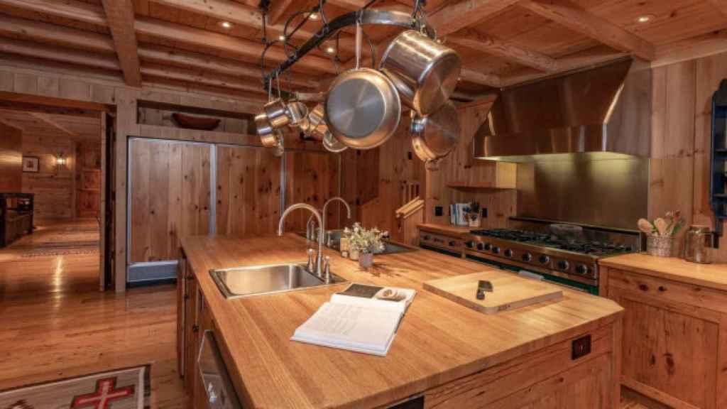 La casa cuenta con una amplia cocina, decorada con madera y piedra, como el resto de la casa.