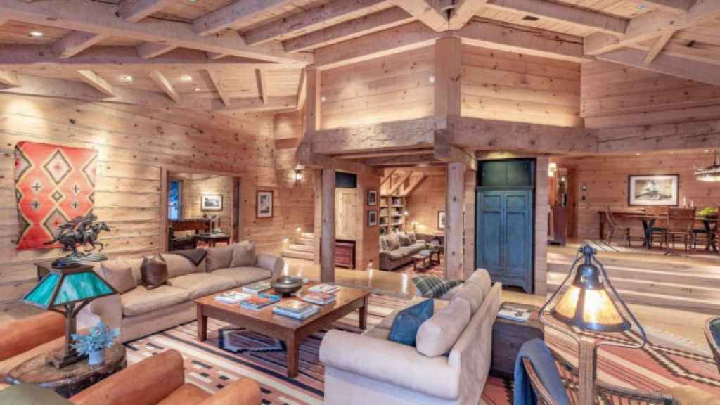La casa principal cuenta con un cómodo salón, ideal para actividades de entretenimiento.