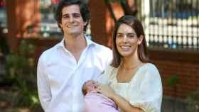 Sofía Palazuelo y Fernando Fitz-James Stuart, muy sonrientes a las puertas del hospital.