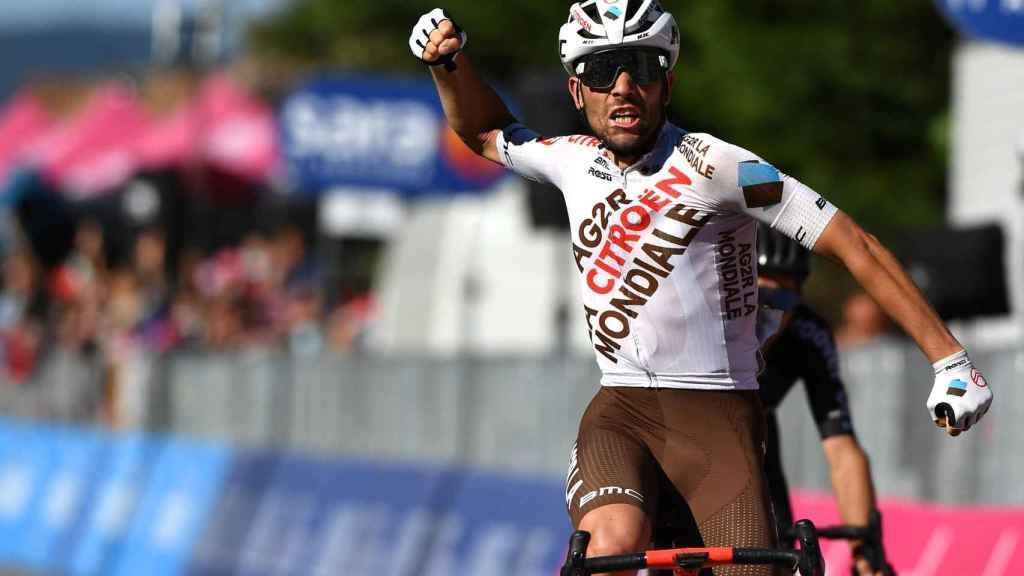 Andrea Vendrame celebra su triunfo en la duodécima etapa del Giro de Italia