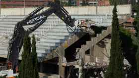 El momento del derribo del Miniestadi del Barça