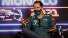 Vettel atiende a la prensa en el Gran Premio de Mónaco