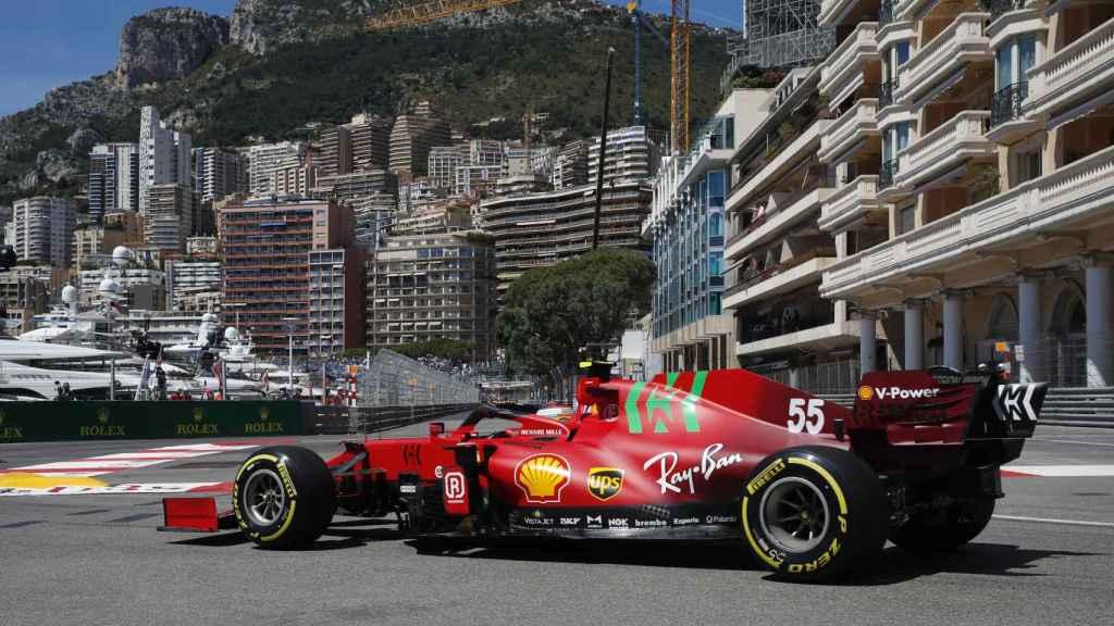 Carlos Sainz con su Ferrari SF21 en el Gran Premio de Mónaco