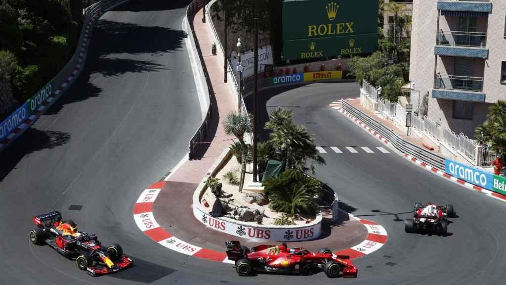 Leclerc rodando por delante de Verstappen en el Gran Premio de Mónaco