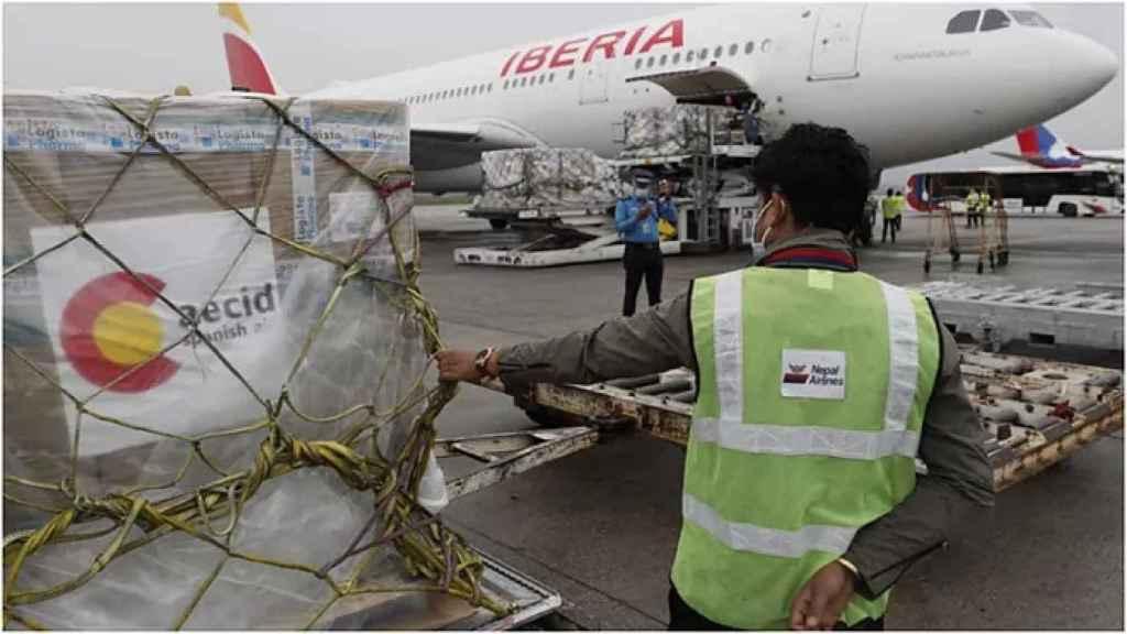 El avión español en el aeropuerto de Katmandú