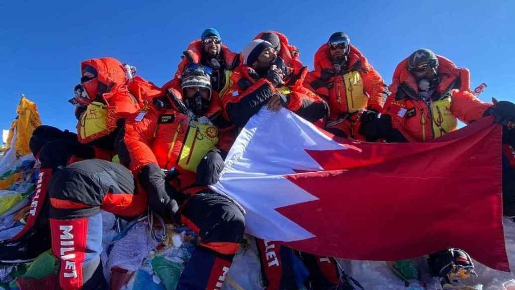 El príncipe de Bahréin con su expedición real en la cima del Everest