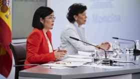 La ministra de Sanidad, Carolina Darias, y la ministra de Educación, Isabel Celaá, durante una rueda de prensa tras la reunión del Consejo Interterritorial del Sistema Nacional de Salud. Foto: A. Pérez Meca. POOL/Europa Press
