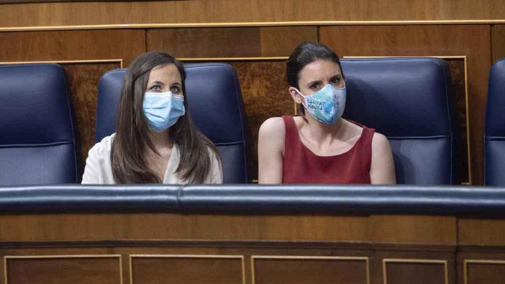 La ministra de Derechos Sociales y Agenda 2030, Ione Belarra (i), y la ministra de Igualdad, Irene Montero, en una sesión plenaria en el Congreso de los Diputados.