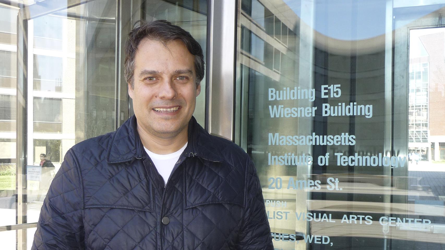 Michail Blestas, director de computación del MIT Media Lab, en el acceso al edificio E-15 del MIT donde tiene su despacho.
