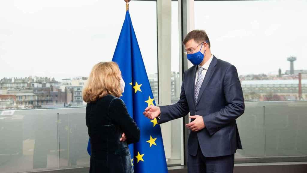 Nadia Calviño conversa con el vicepresidente de la Comisión, Valdis Dombrovksis, durante su última visita a Bruselas en enero